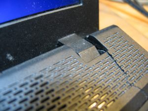 pęknięta obudowa w laptopie Lenowo. Aby uniknąć dalszych zniszczeń niezbędna jest naprawa laptopa.