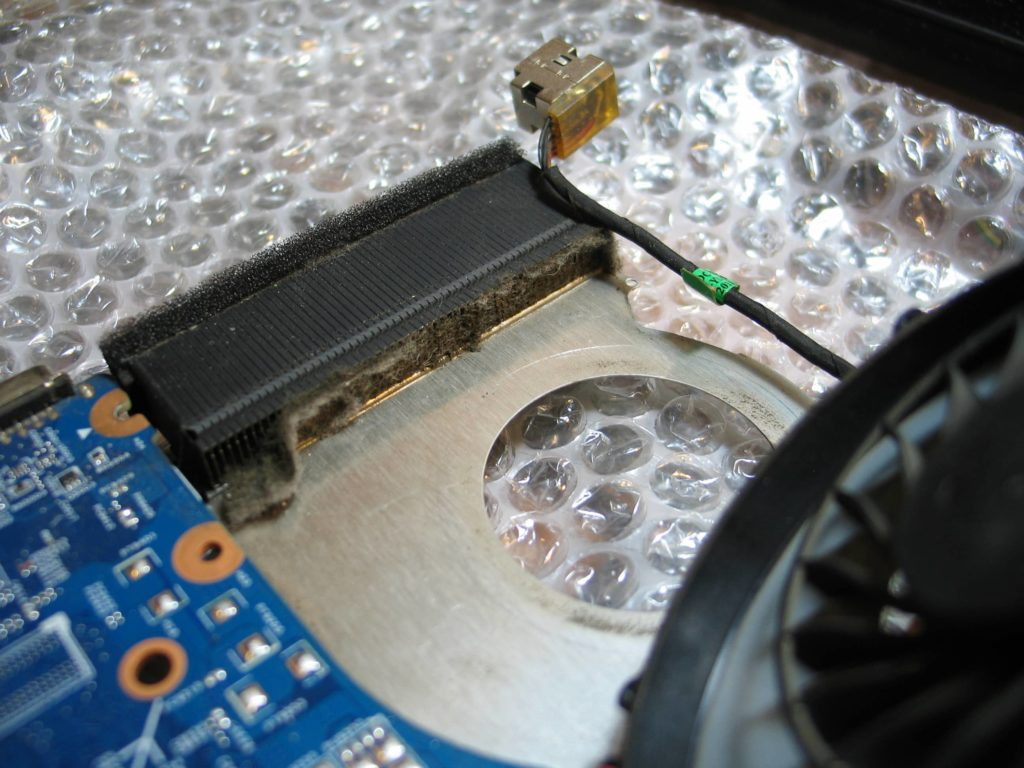 radiator procesora zablokowany kurzem - niezbędne czyszczenie