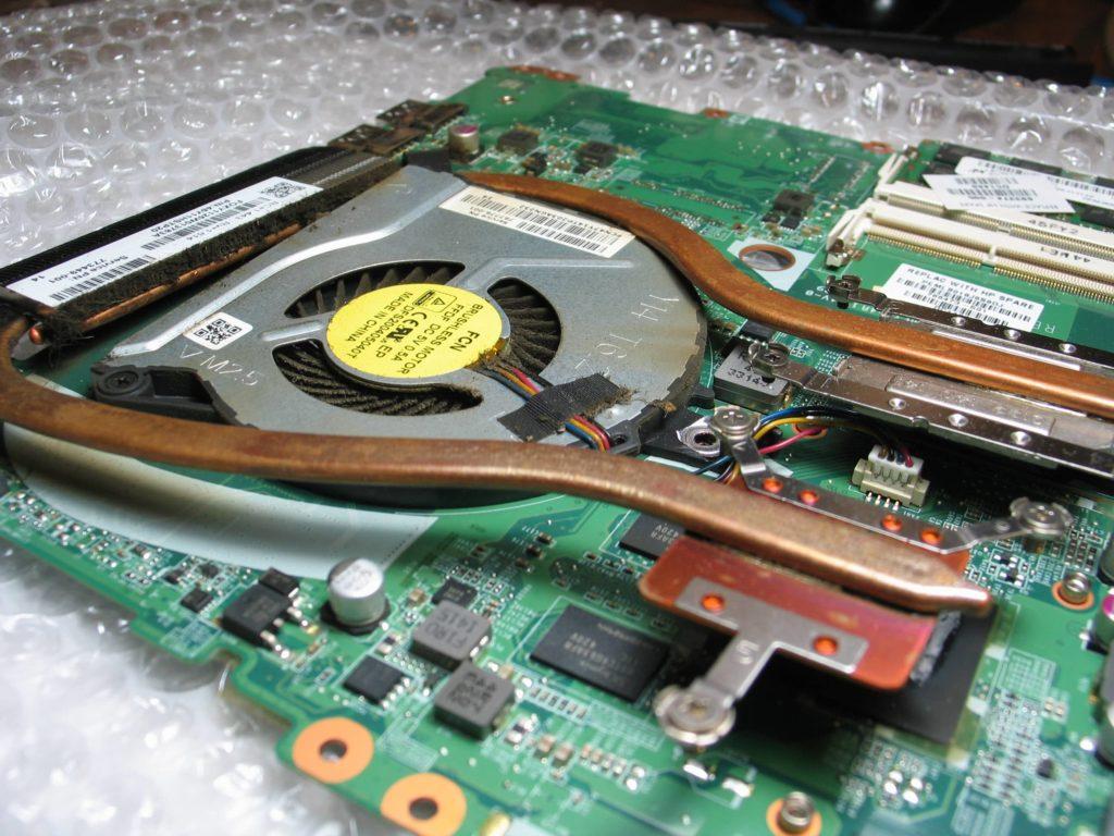 uszkodzony układ chłodzenia, pęknięty ciepłowód i przegrzana karta graficzna